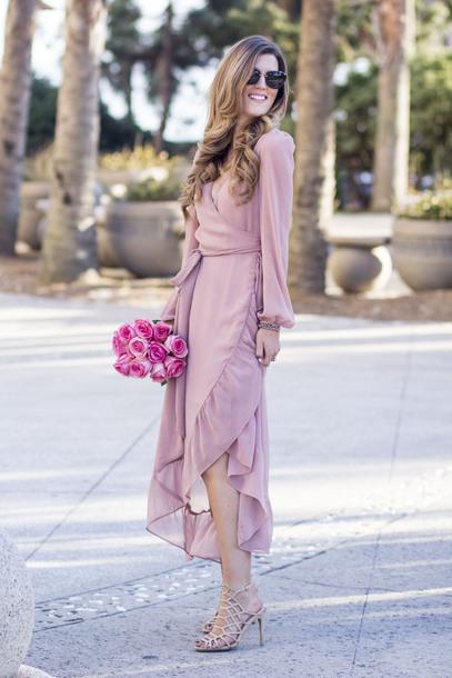 Розовое платье с запахом.