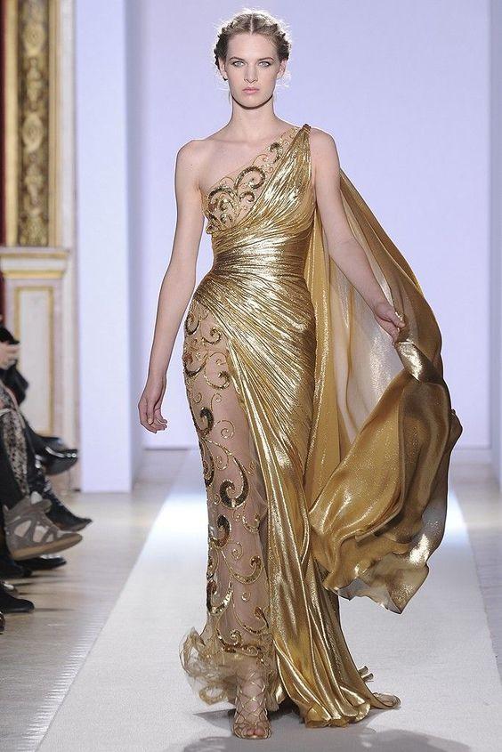 Золотое платье в греческом стиле.
