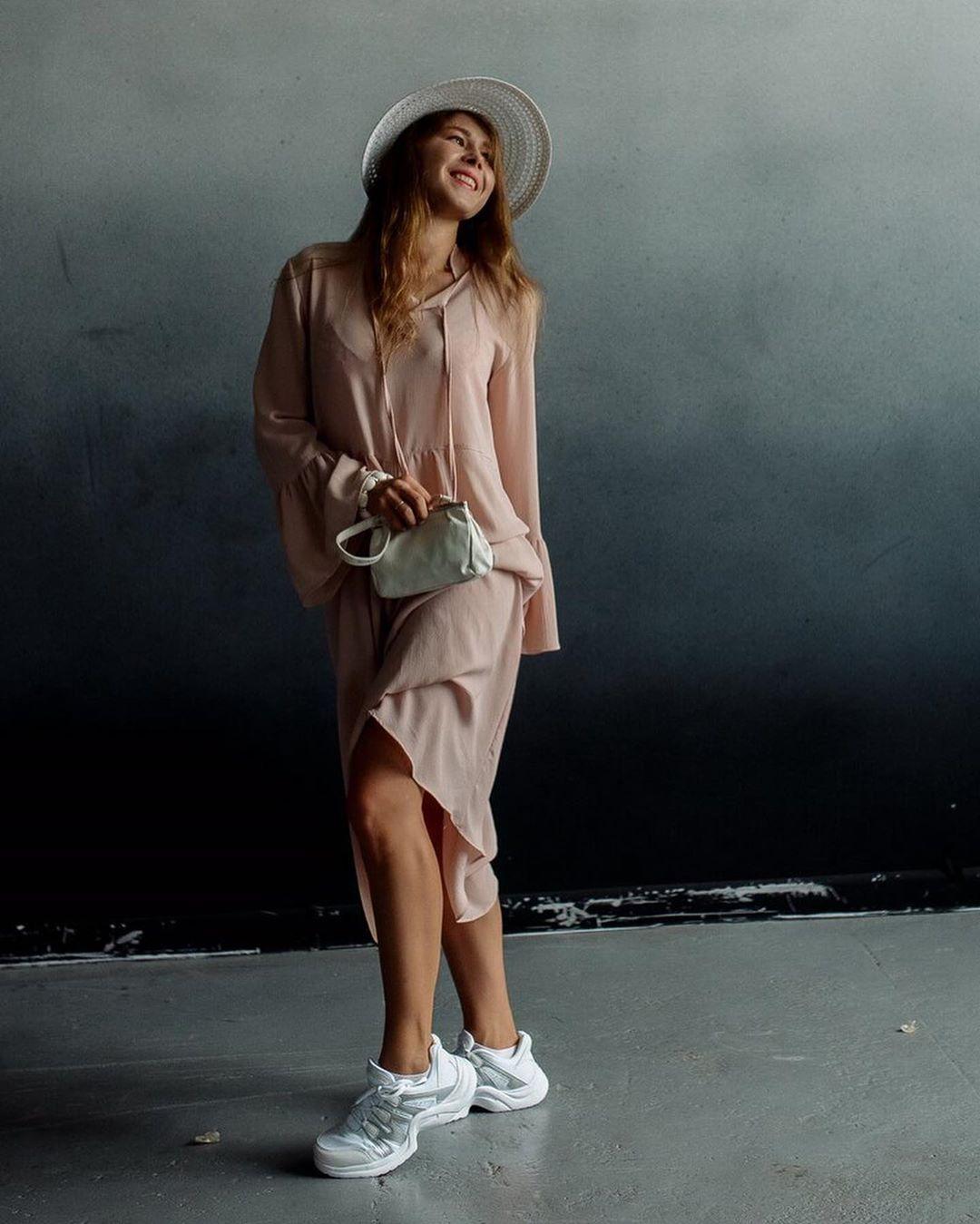 Свободное платье с кроссовками