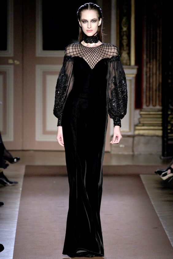 Чёрное бархатное платье.