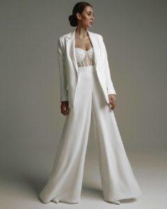 Свадебный костюм на девушке