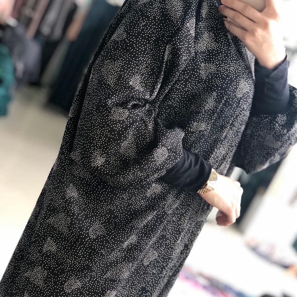 Тёмное атласное платье с принтом