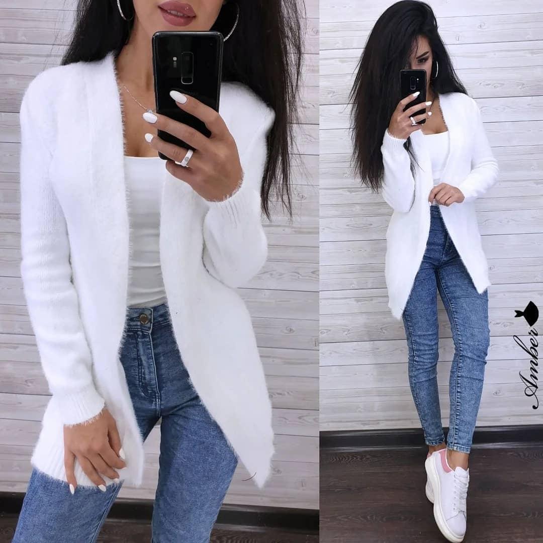 Белый кардиган с узкими джинсами