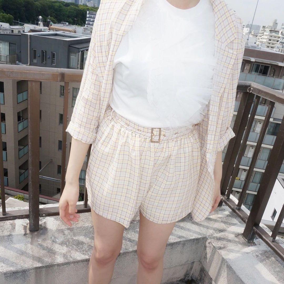Кореянка в коротких шортах