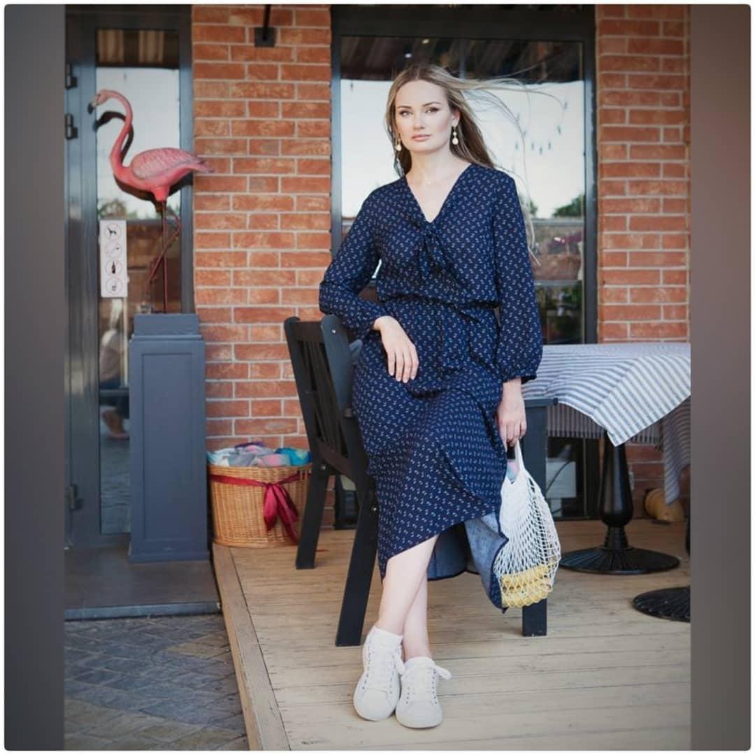 Длинное чайное платье с кроссовками
