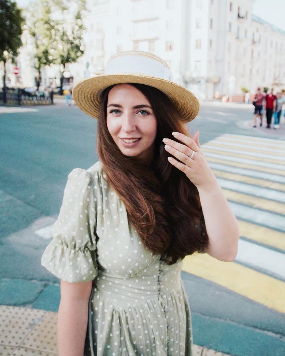 Девушка в чайном платье и шляпке