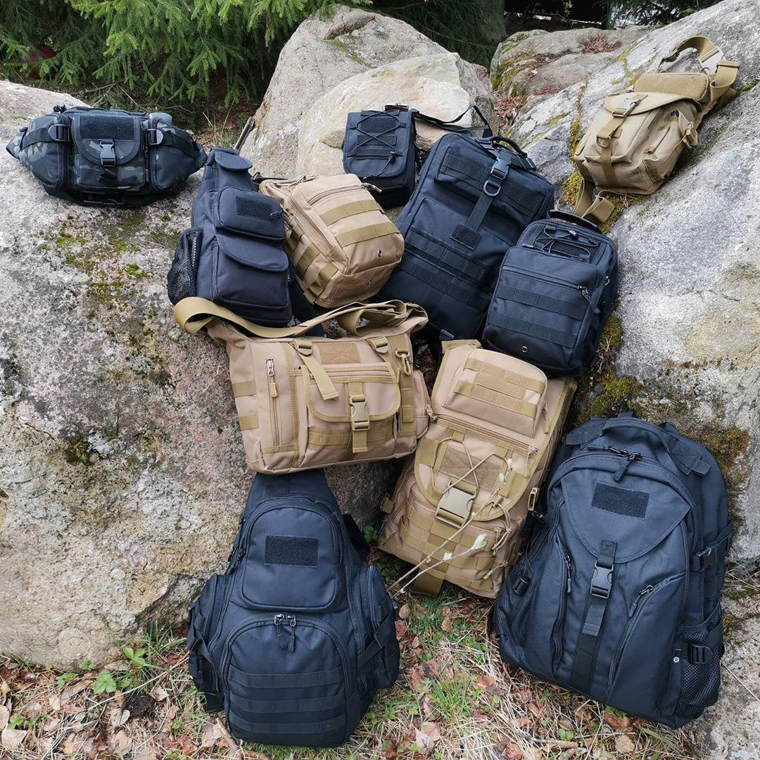 Несколько походных рюкзаков на камнях