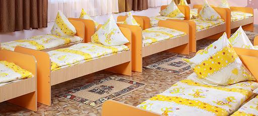 простыни на резинке для кроватки в детском саду