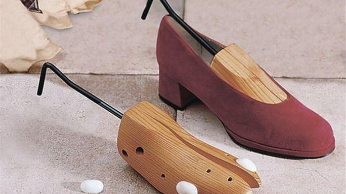 астягивание замшевых туфельс помощью распорки