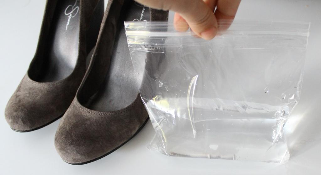 растягиваем замшевые туфли