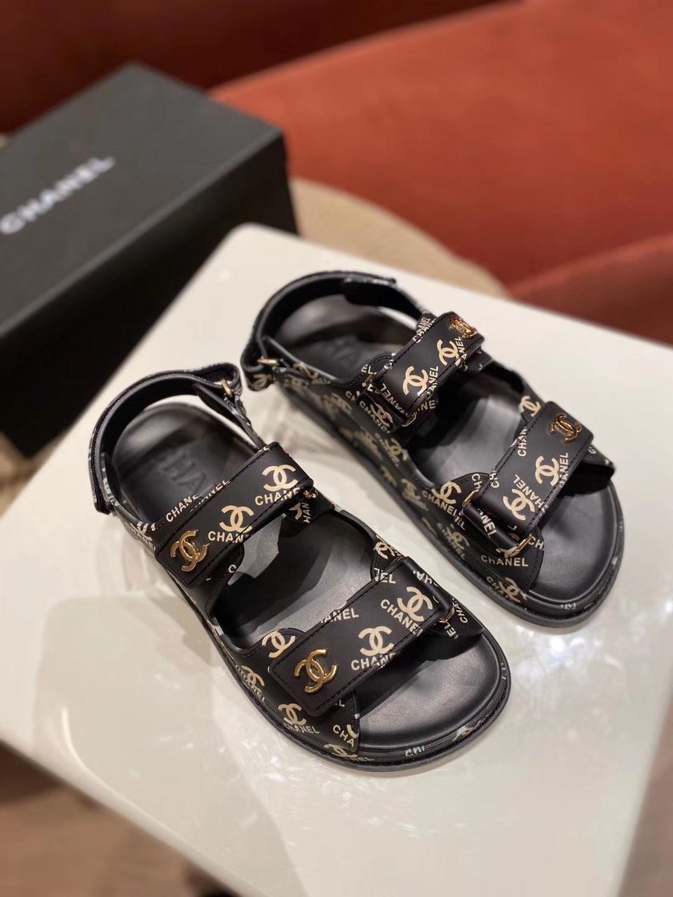 Сандалии от Chanel