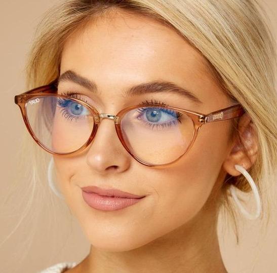 девушка в модных очках