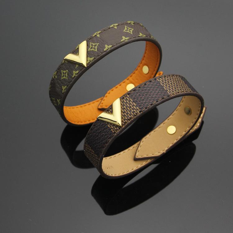 Кожаные браслеты с металлическими вставками.