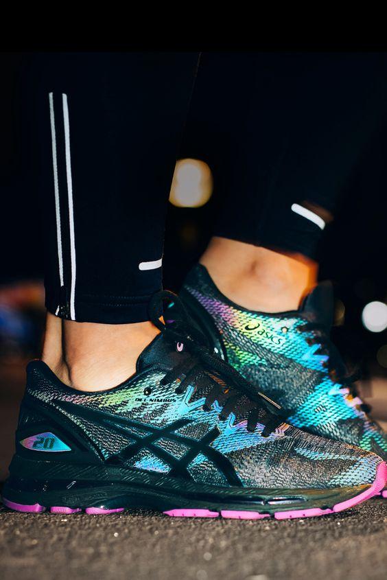 Кроссовки на ногах.