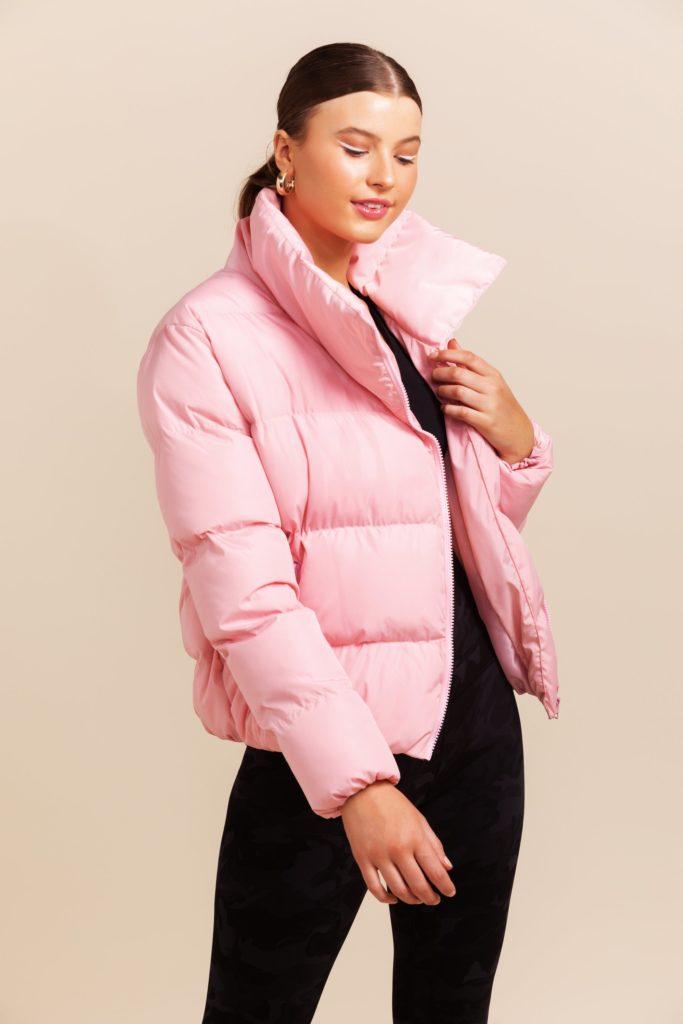 Розовая куртка.