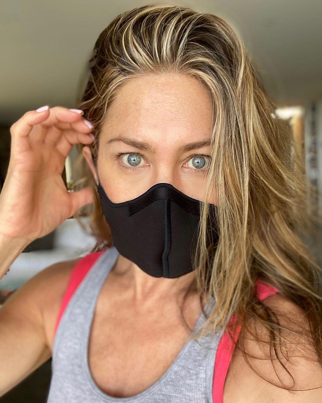 Дженифер Энистон в маске