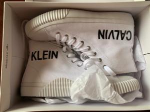 Обувь в коробке.