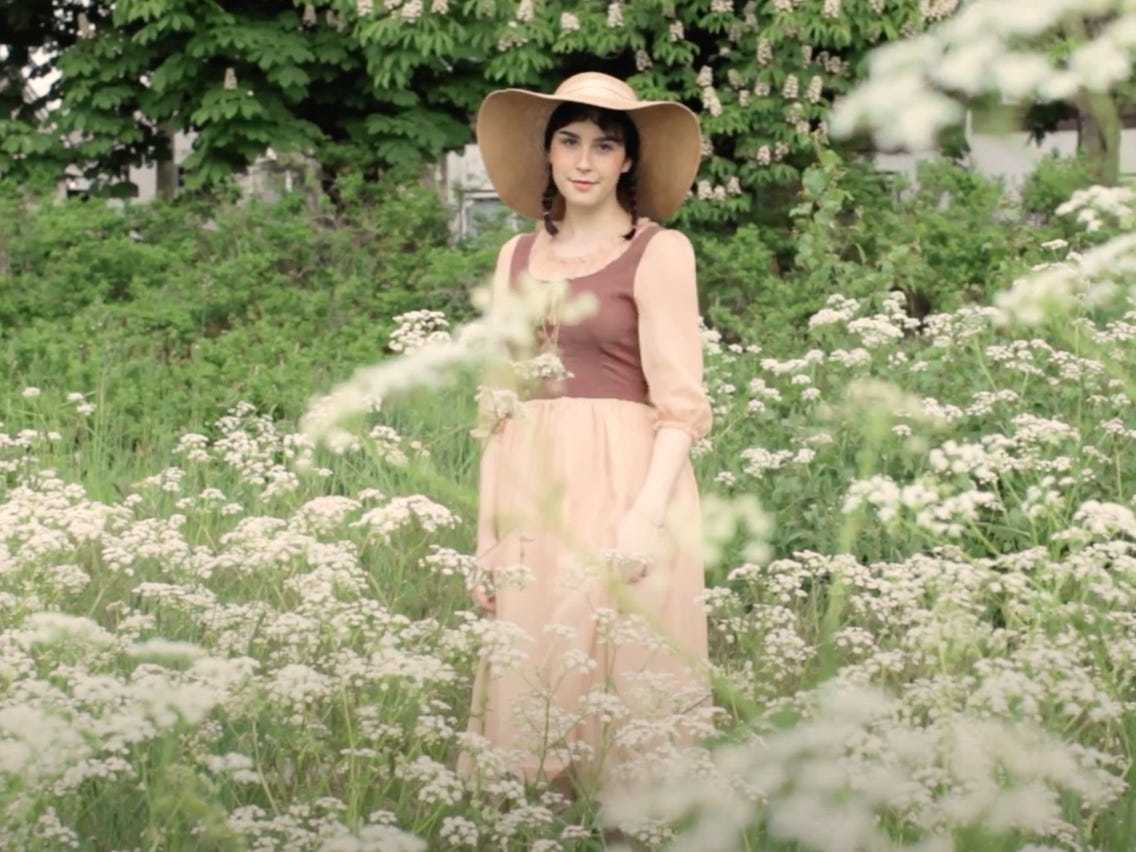 Девушка, одетая в стиле коттеджкор