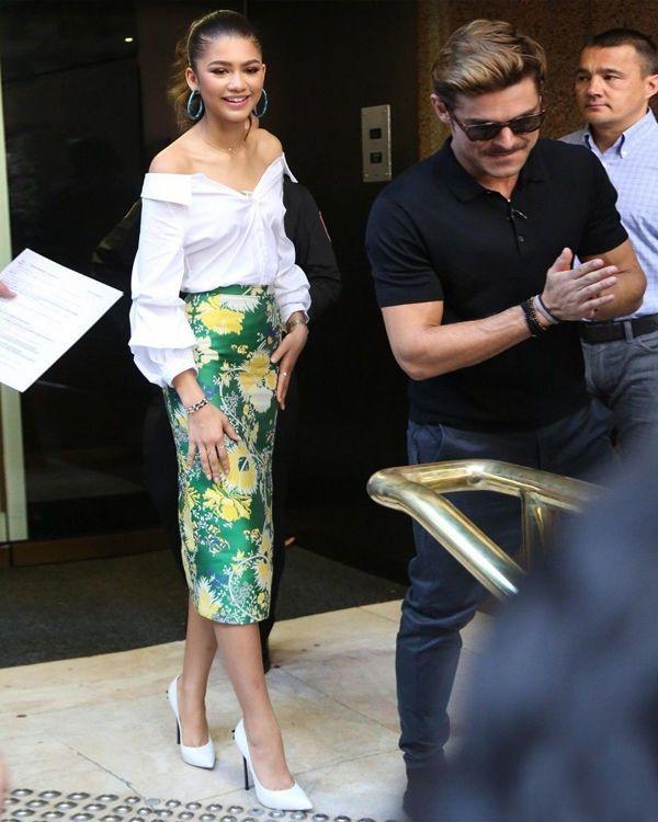 Зендая в блузке от Zara