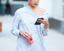 Хейли Болдуин в рубашке от H&M