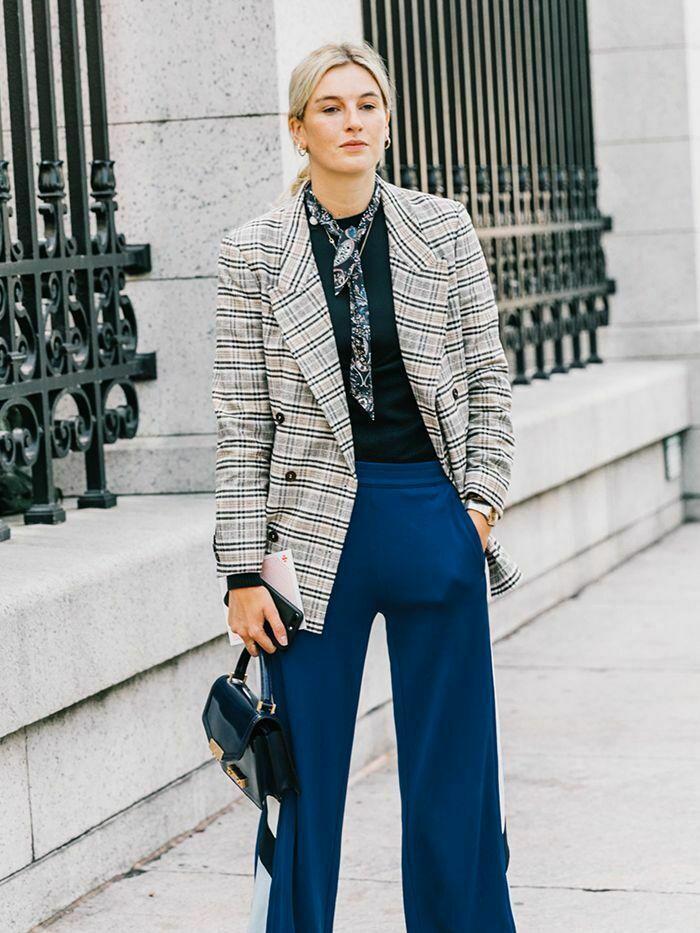 Бежевый пиджак и брюки