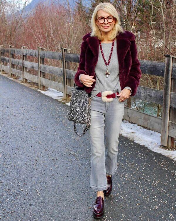 серые джинсы для женщин после 50