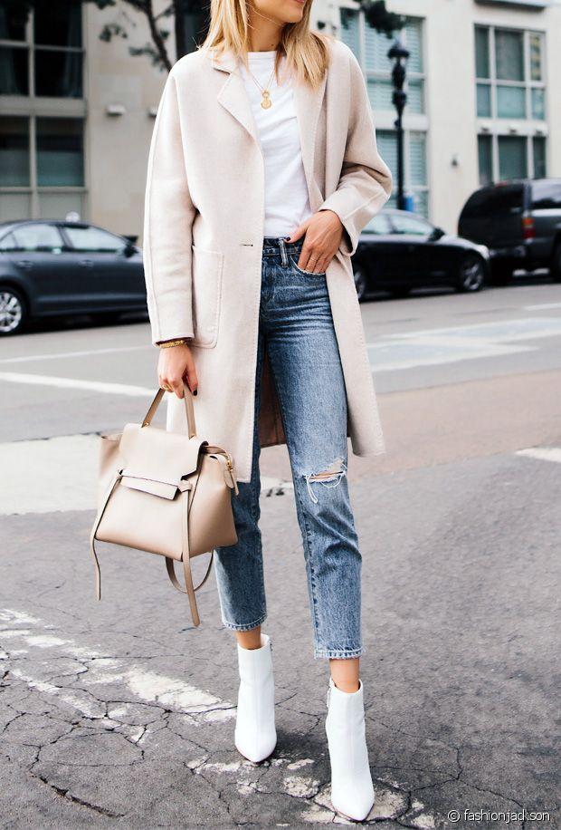 Белые ботильоны с джинсами.
