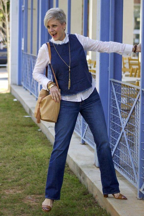 синие джинсы для женщин после 50