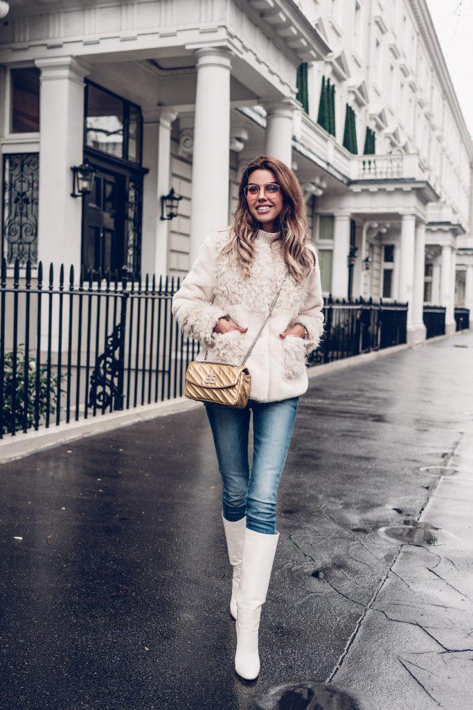 Белые сапоги с джинсами.