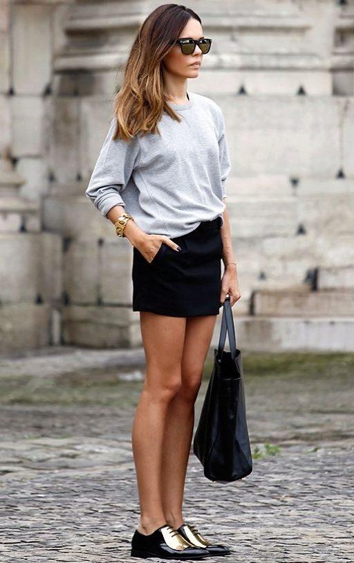 Короткая юбка с туфлями.