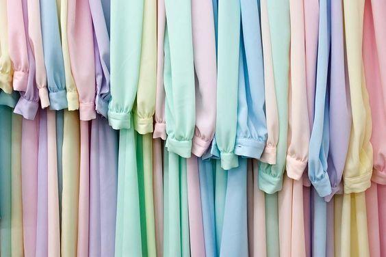 Одежда пастельных цветов.