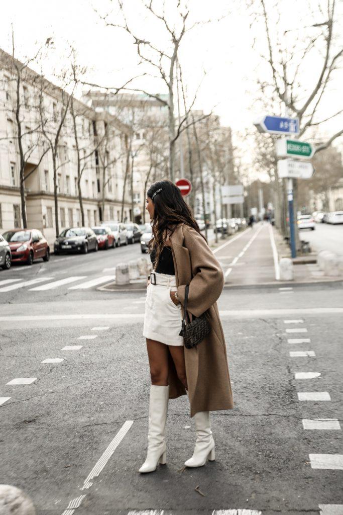 Белые сапоги с пальто.
