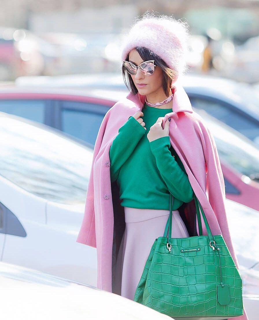 Розовая юбка со свитером.