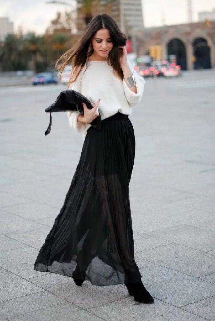 Чёрная длинная юбка с ботильонами.