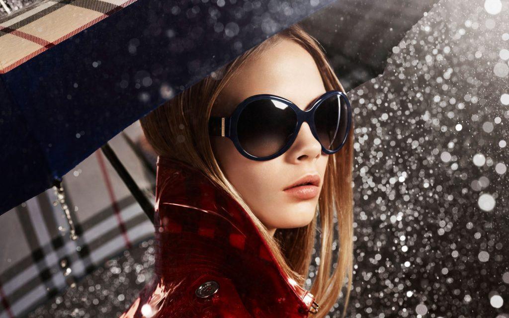 в солнечных очках в дождь