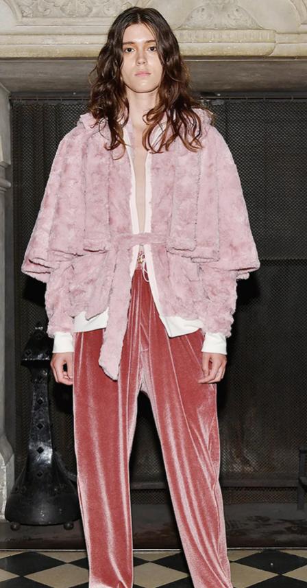 Велюровый костюм и накидка из меха.
