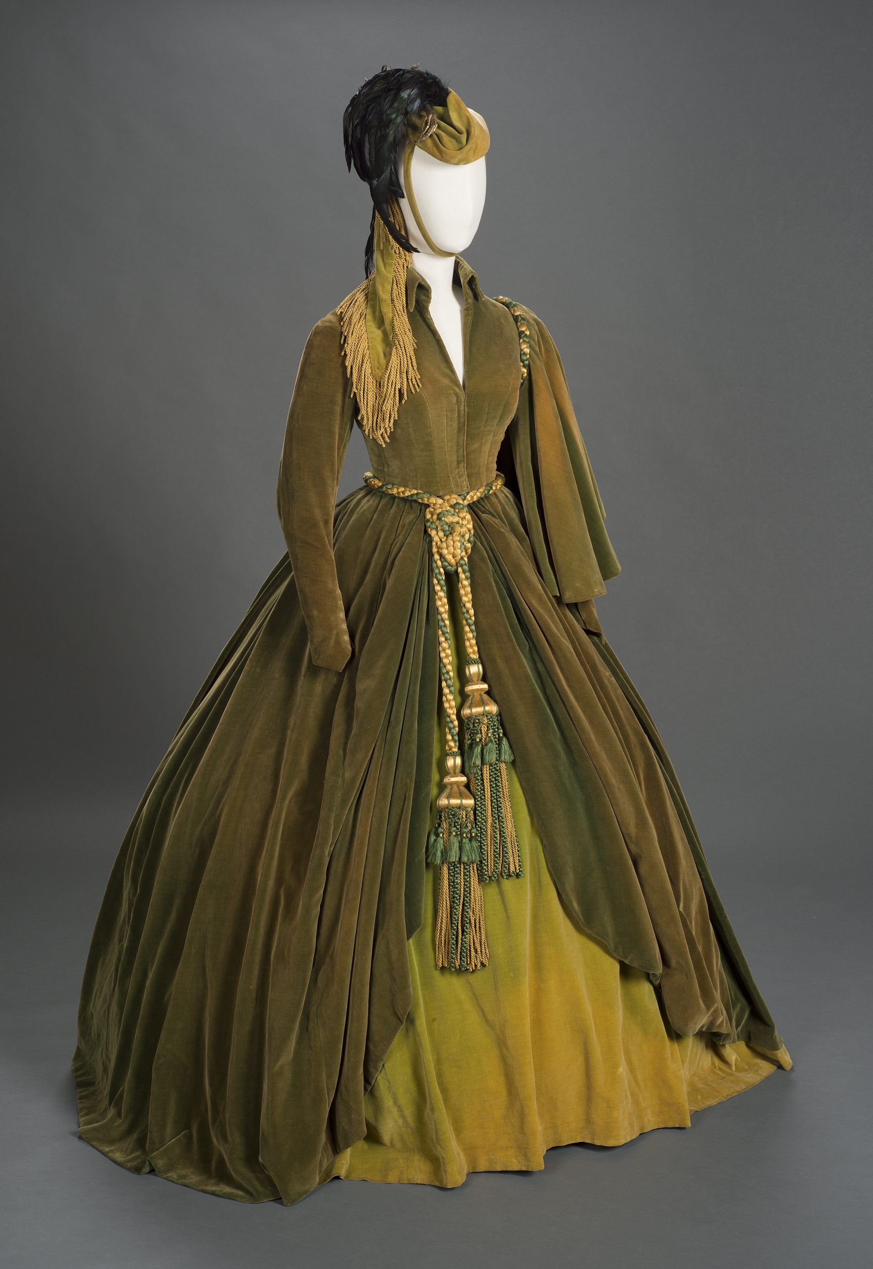Платье из штор на выставке