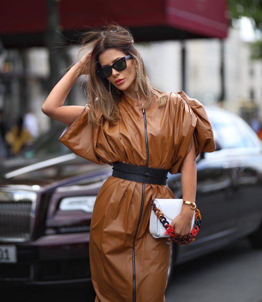 Кожаное платье с объёмными рукавами.
