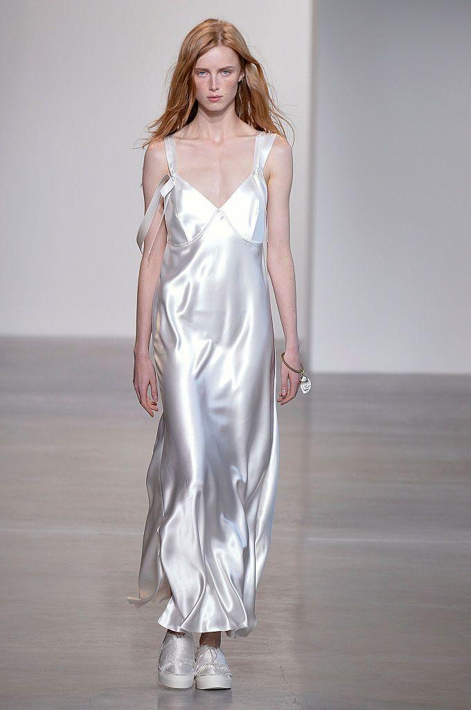 Белое шёлковое платье.