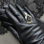 Брошь и перчатки