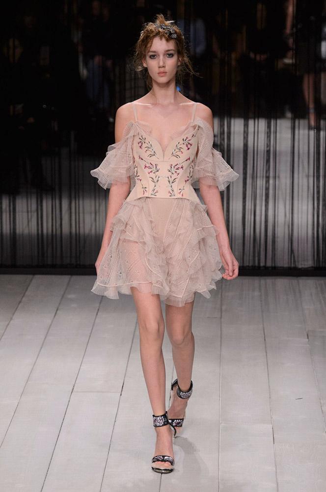 Платье бежевого цвета.
