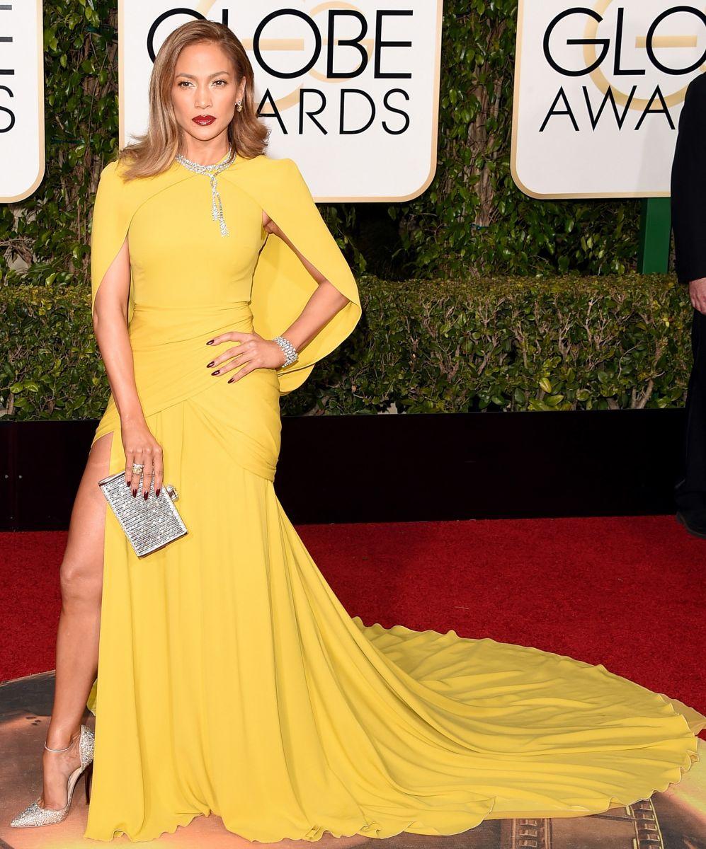 Дженифер Лопес в сочетании ярко-жёлтого платья и серебристых туфель