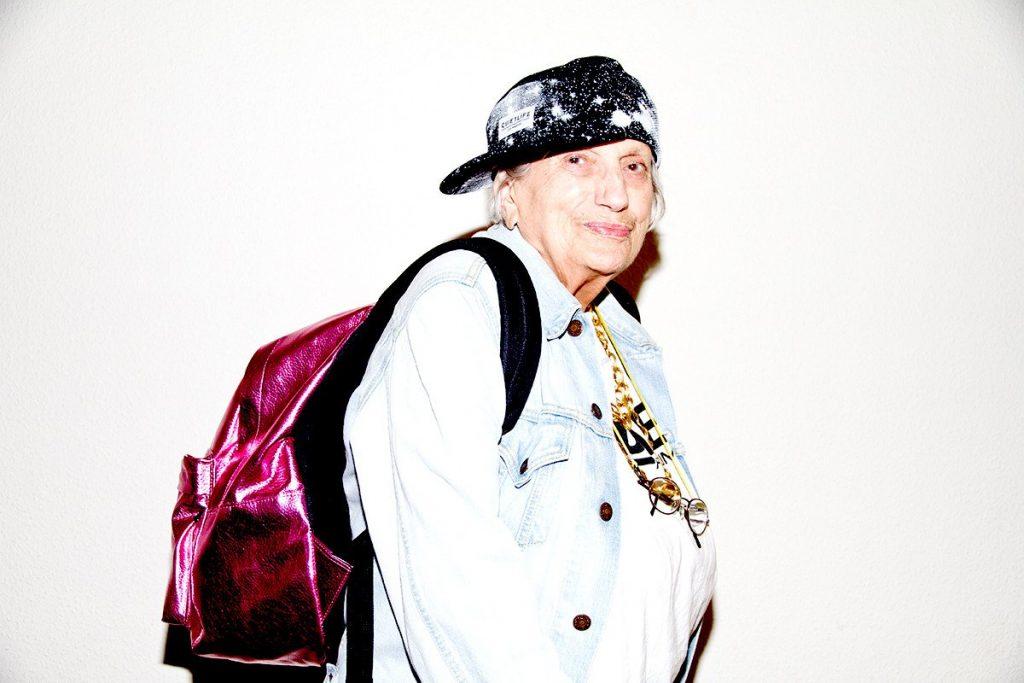 пенсионерка в кепке