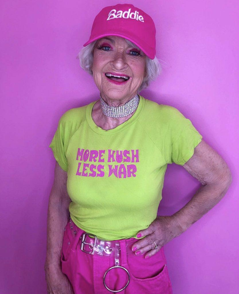 бабушка в кепке