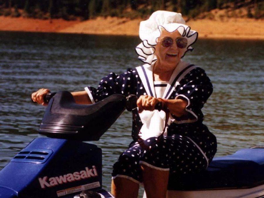 бабушка в панамке