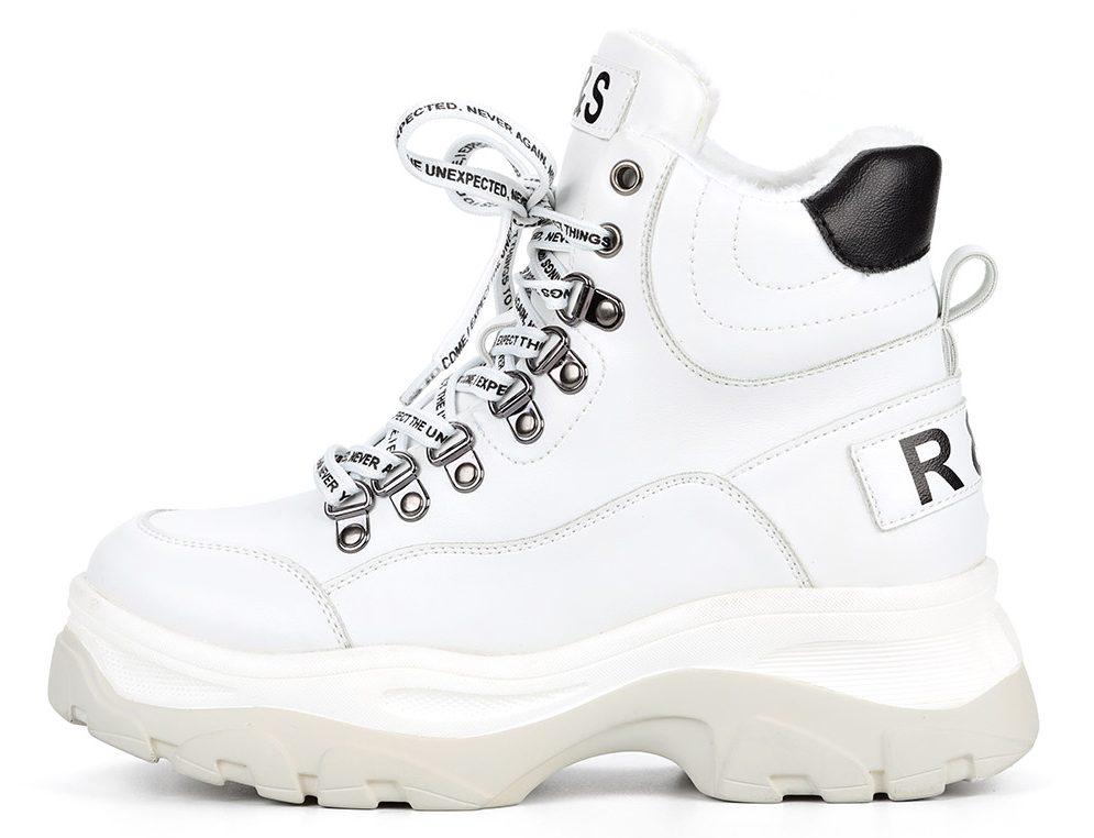 Белые ботинки в спортивном стиле.