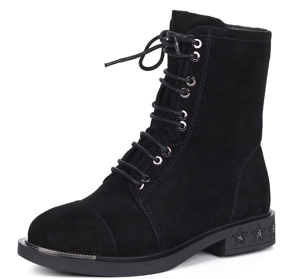Чёрные высокие ботинки на шнуровке.