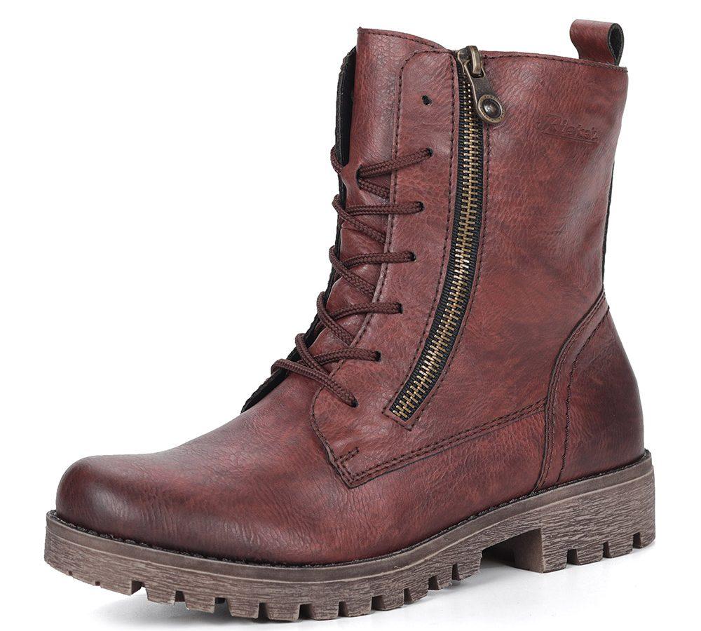 Бордовые ботинки.