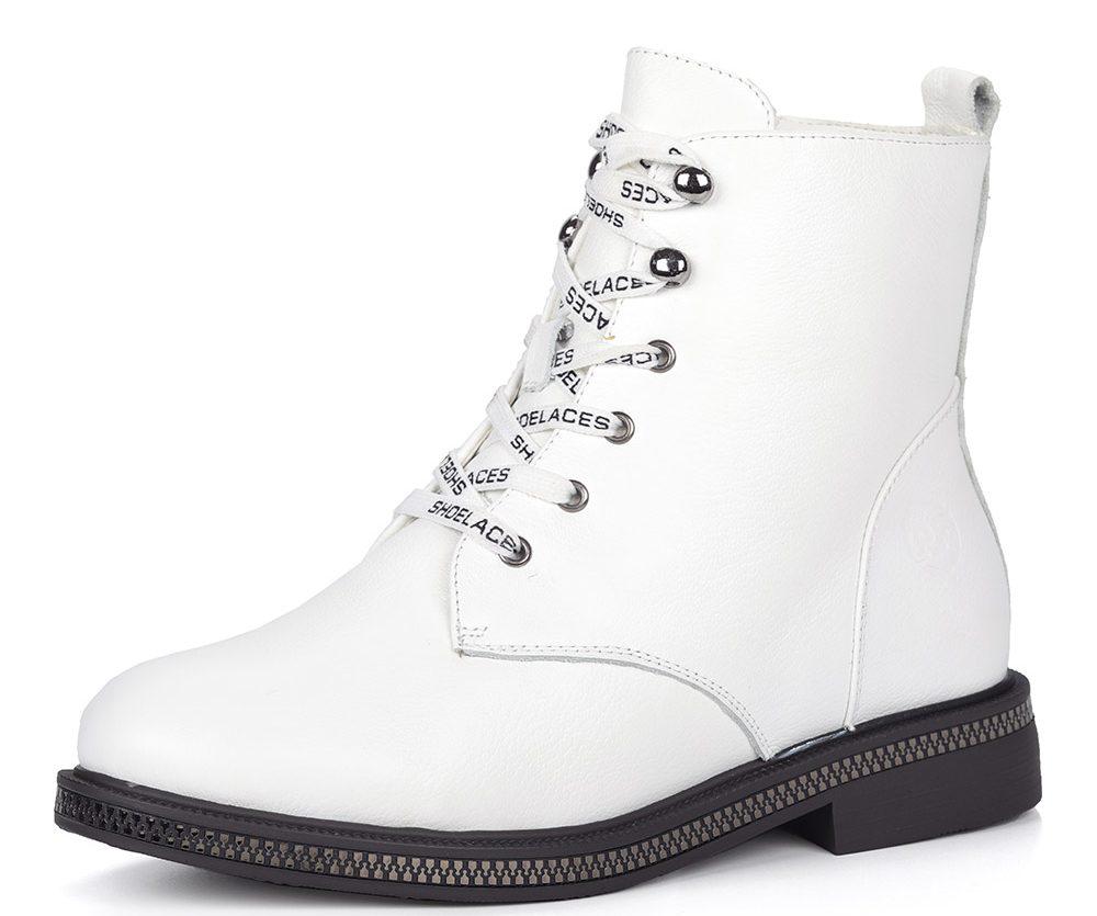 Белые ботинки на шнуровки.