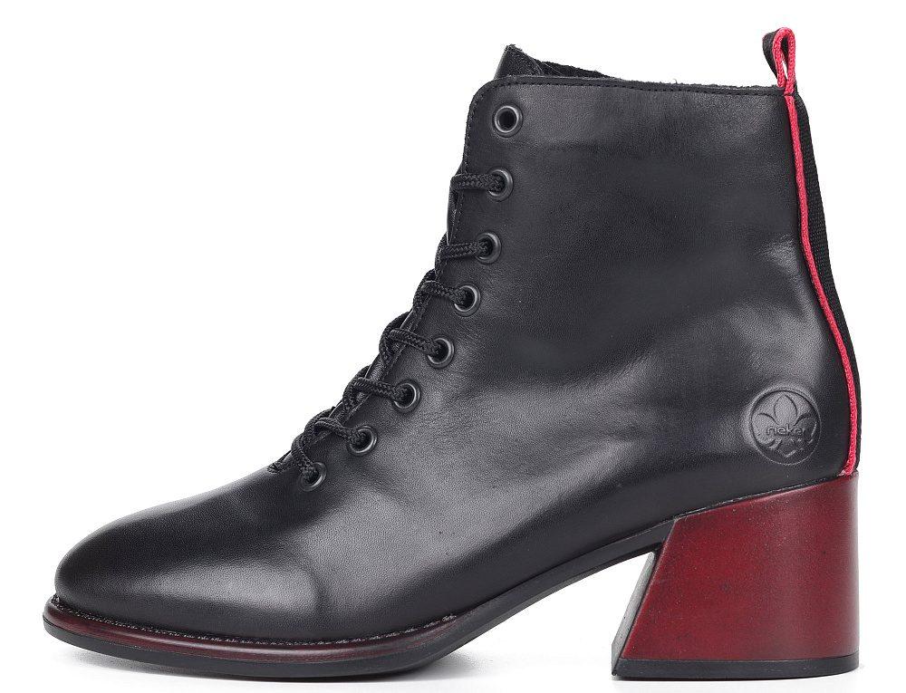 Ботинки с красным каблуком.